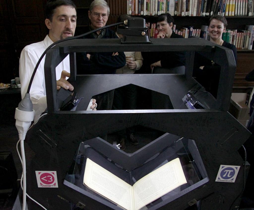 Benjamin Sonntag (à gauche) fait la démontration du scanner à livres